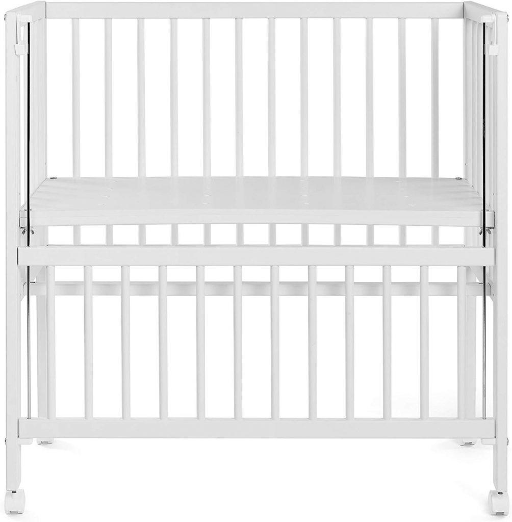 Le lit cododo pour bébé en bois Fillikid dispose d'une barrière coulissante.